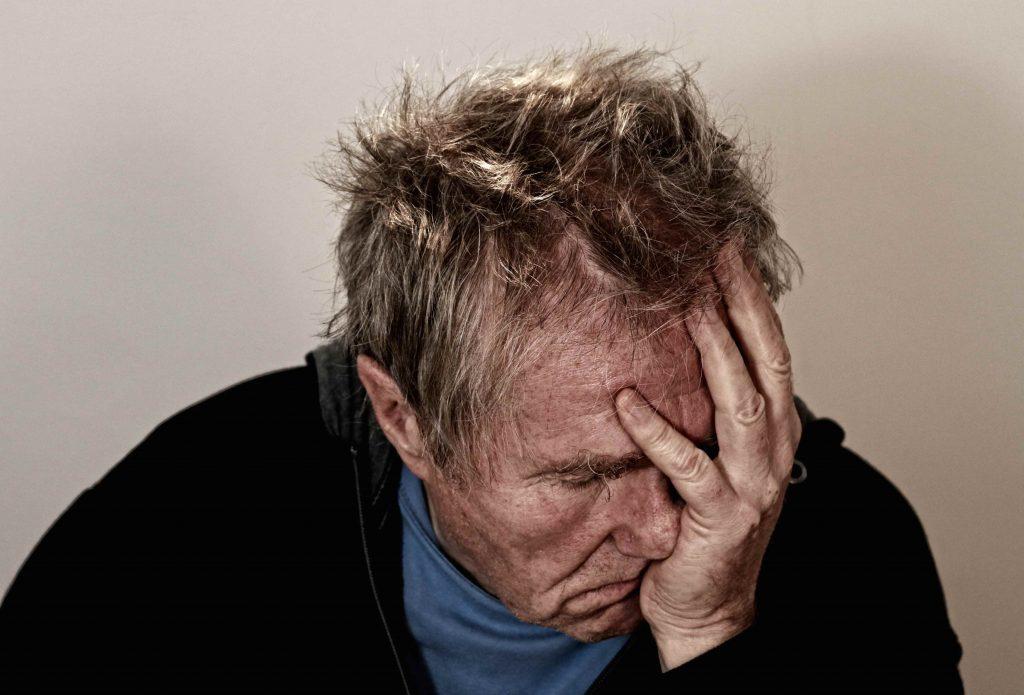 Huvudvärk är en av symptomen vid vitamin B12-brist. B12-brist är vanligast hos äldre och veganer - www.alyzme.se testa din hälsa hemifrån med hälsotest